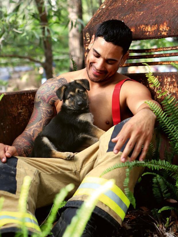 Không cần khoả thân rồi hô hào bảo vệ môi trường, lính cứu hỏa Úc khoe thân 6 múi nóng bỏng gây quỹ từ thiện được khen ngợi hết lời - Ảnh 11.
