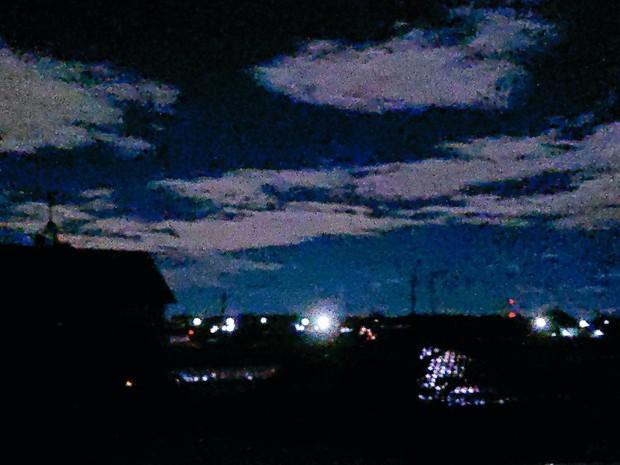 Trái ngược với bầu trời tím dự báo điềm dữ trước khi Hagibis đổ bộ, dân Nhật hứng khởi với cảnh quang đãng, trăng sáng rực khi siêu bão đi qua - Ảnh 15.