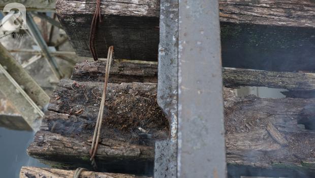 Hà Nội: Vứt tàn thuốc gây cháy dầm gỗ cầu Long Biên, nhóm nam thanh nữ tú vẫn vô tư chụp ảnh sống ảo trên đường ray - Ảnh 3.