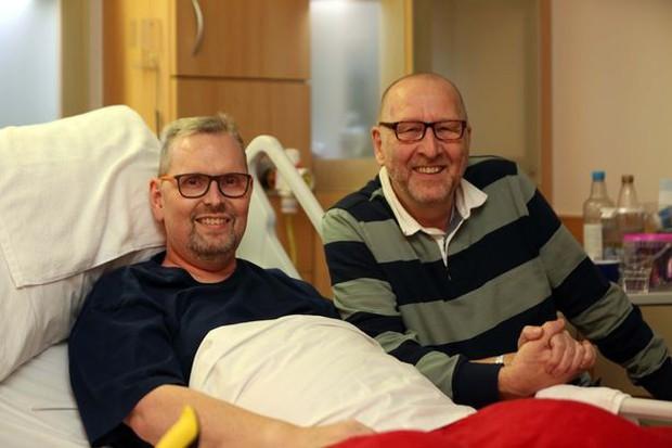 Chuyện tình cảm động của cặp đôi đồng tính già nơi phòng bệnh khiến người chứng kiến không khỏi rơi nước mắt - Ảnh 4.