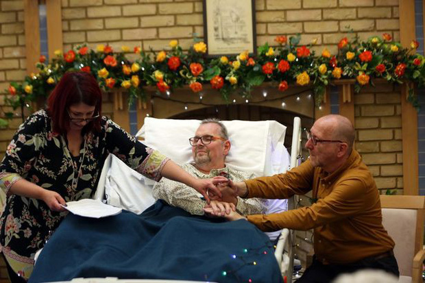 Chuyện tình cảm động của cặp đôi đồng tính già nơi phòng bệnh khiến người chứng kiến không khỏi rơi nước mắt - Ảnh 3.