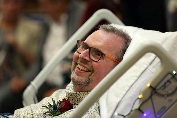 Chuyện tình cảm động của cặp đôi đồng tính già nơi phòng bệnh khiến người chứng kiến không khỏi rơi nước mắt - Ảnh 2.