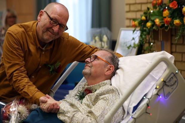 Chuyện tình cảm động của cặp đôi đồng tính già nơi phòng bệnh khiến người chứng kiến không khỏi rơi nước mắt - Ảnh 1.