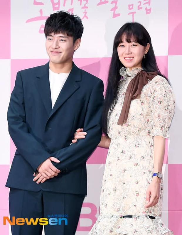 Trả đũa Kim Rae Won, chị đại Gong Hyo Jin chọn trai quê Kang Ha Neul là bạn diễn ăn ý nhất trước nay! - Ảnh 2.