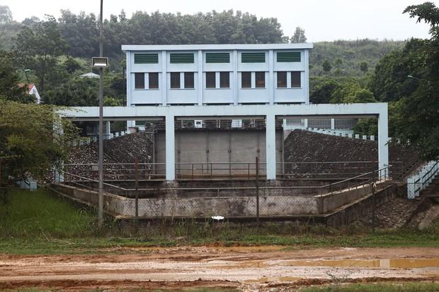 Cơ quan chức năng tiến hành kiểm tra, lấy mẫu nước tại đầu nguồn Nhà máy nước sông Đà - Ảnh 6.