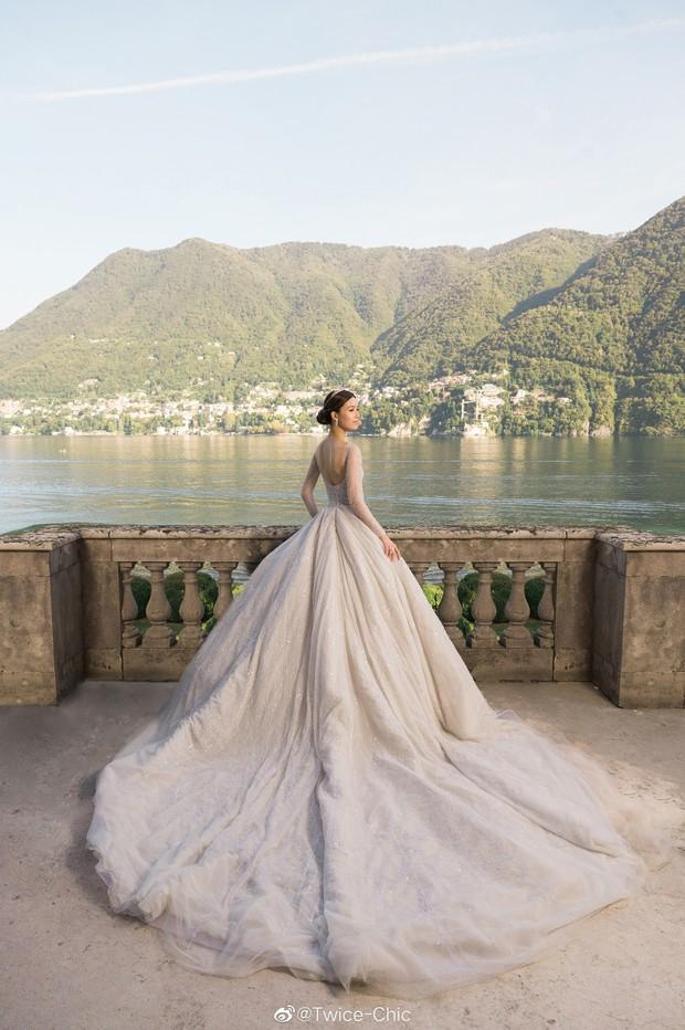 Váy cưới của Văn Vịnh San trong hôn lễ với chồng đại gia: chiếc lộng lẫy xa hoa, chiếc siêu to khổng lồ với mức giá trên trời gây choáng - Ảnh 3.