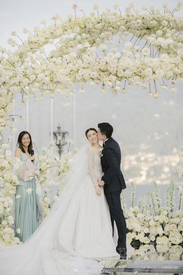 Váy cưới của Văn Vịnh San trong hôn lễ với chồng đại gia: chiếc lộng lẫy xa hoa, chiếc siêu to khổng lồ với mức giá trên trời gây choáng - Ảnh 1.