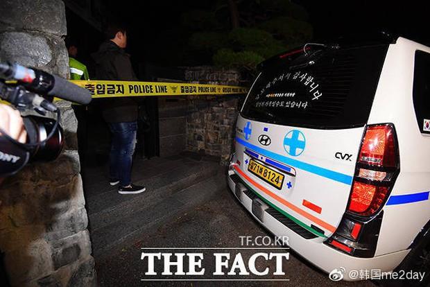 Kết thúc cuộc điều tra nhà riêng, thi thể Sulli được chuyển bằng xe cứu thương tới bệnh viện - Ảnh 1.