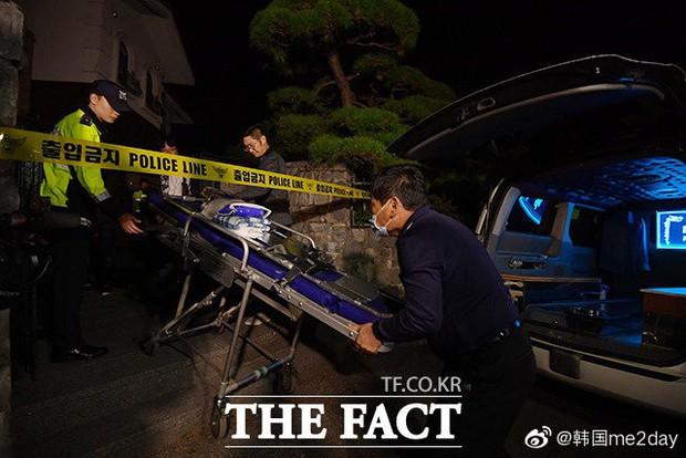 Kết thúc cuộc điều tra nhà riêng, thi thể Sulli được chuyển bằng xe cứu thương tới bệnh viện - Ảnh 2.
