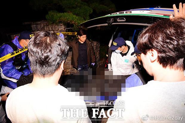 Cập nhật: Kết thúc cuộc điều tra nhà riêng, thi thể Sulli được chuyển bằng xe cứu thương tới bệnh viện - Ảnh 4.