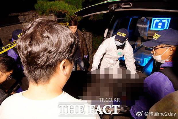 Kết thúc cuộc điều tra nhà riêng, thi thể Sulli được chuyển bằng xe cứu thương tới bệnh viện - Ảnh 5.