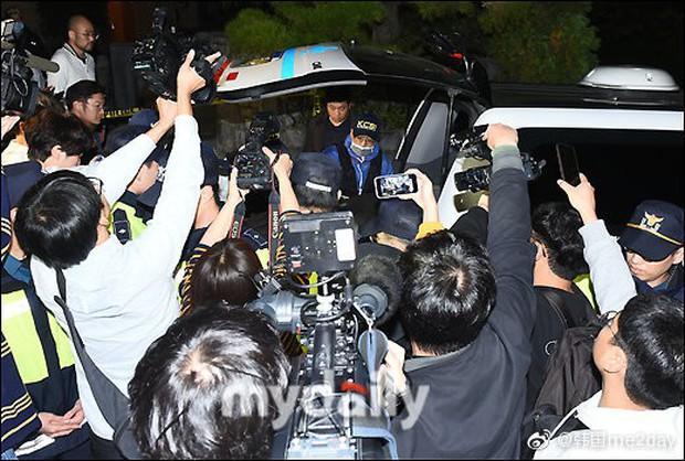 Cập nhật: Kết thúc cuộc điều tra nhà riêng, thi thể Sulli được chuyển bằng xe cứu thương tới bệnh viện - Ảnh 6.