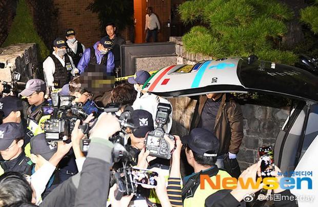 Kết thúc cuộc điều tra nhà riêng, thi thể Sulli được chuyển bằng xe cứu thương tới bệnh viện - Ảnh 7.