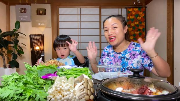Nữ Youtuber người Việt ở Nhật khiến dân tình chú ý vì clip... chén cả nồi lẩu Thái khổng lồ trong siêu bão Hagibis: Trời đánh tránh bữa ăn chính là đây! - Ảnh 6.