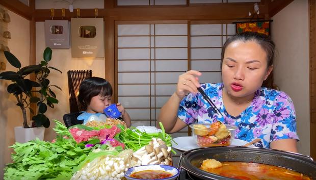 Nữ Youtuber người Việt ở Nhật khiến dân tình chú ý vì clip... chén cả nồi lẩu Thái khổng lồ trong siêu bão Hagibis: Trời đánh tránh bữa ăn chính là đây! - Ảnh 13.