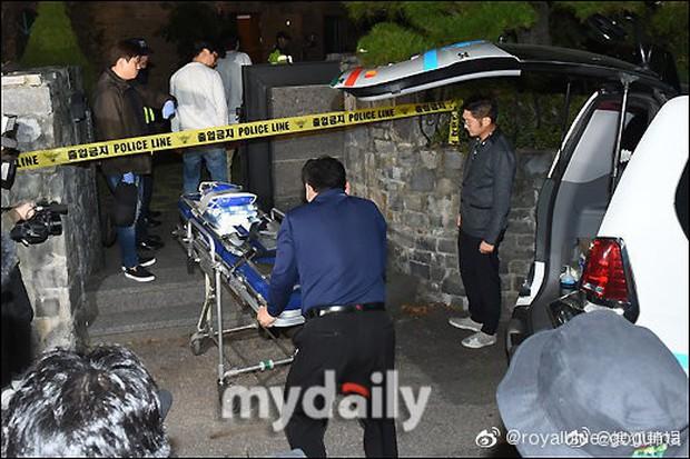 Kết thúc cuộc điều tra nhà riêng, thi thể Sulli được chuyển bằng xe cứu thương tới bệnh viện - Ảnh 3.