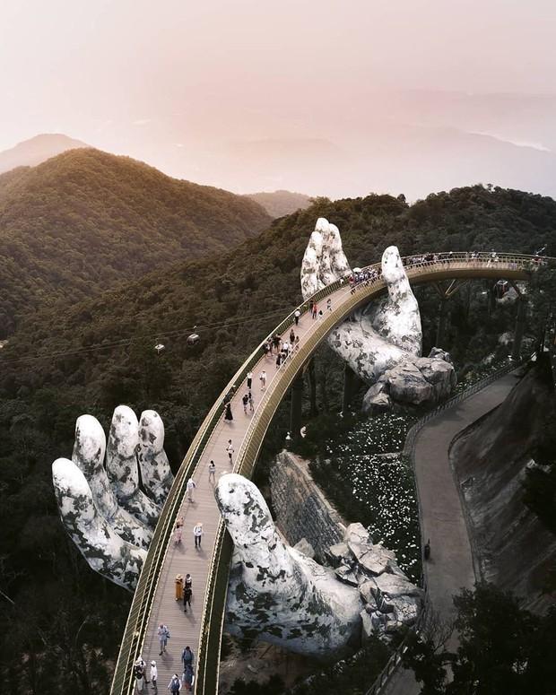 """HOT: Cầu Vàng Đà Nẵng được MXH Instagram """"lăng xê"""" trên tài khoản chính thức hơn 300 triệu lượt theo dõi, du khách toàn cầu tung hô hết lời! - Ảnh 3."""