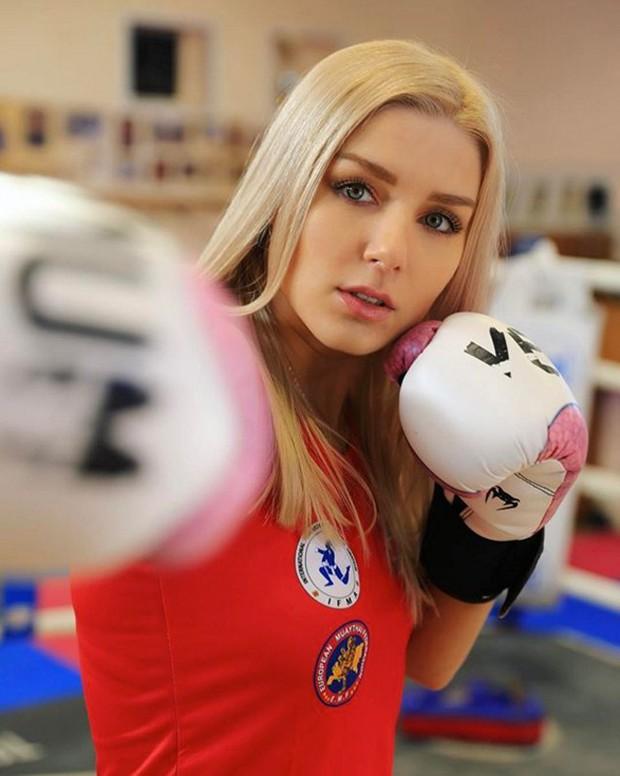 Nữ võ sĩ xinh đẹp bậc nhất thế giới đổ gục sau đòn đá uy lực, đứng nghe công bố kết quả với gương mặt bị sưng khó nhận ra - Ảnh 5.