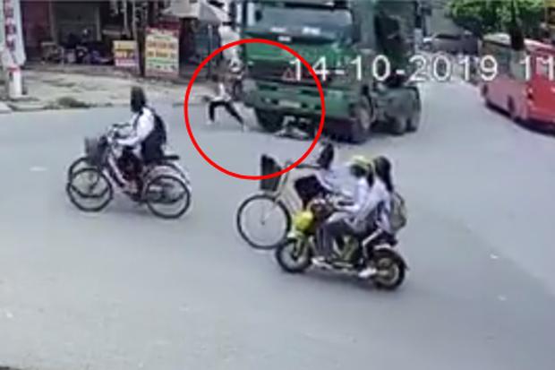 Clip: Đạp xe sang đường rơi vào điểm mù xe tải, 1 bé trai chạy kịp, 1 bé khác bị cuốn vào gầm nhưng thoát chết thần kỳ - Ảnh 2.