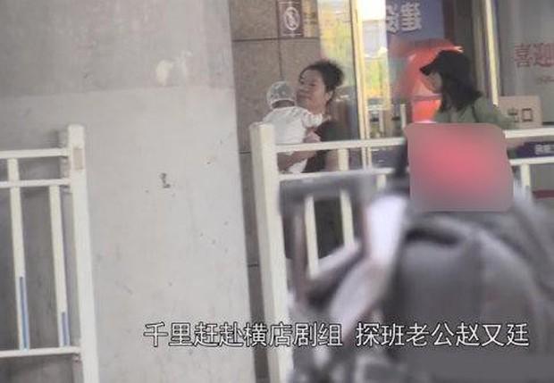 Con gái Cao Viên Viên lần đầu lộ diện khi cùng mẹ tới phim trường thăm bố Triệu Hựu Đình, khuôn mặt bụ bẫm cực kỳ đáng yêu - Ảnh 2.