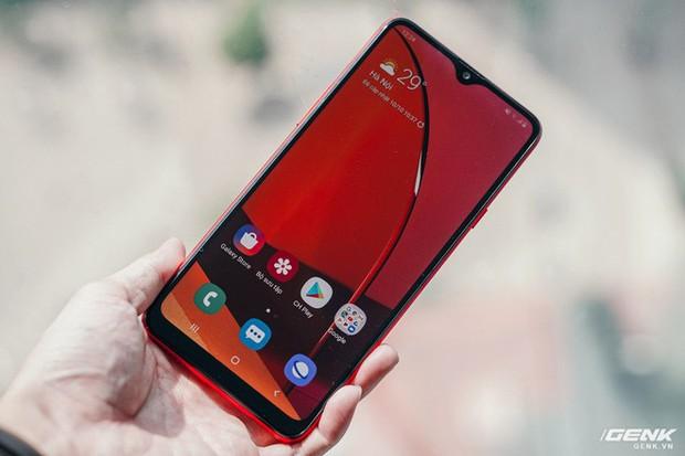"""Trên tay Galaxy A20s đỏ chót: Bản nâng cấp """"nhẹ"""", thêm camera, màn hình LCD, chip Snapdragon 450 và lựa chọn bộ nhớ 64GB - Ảnh 2."""