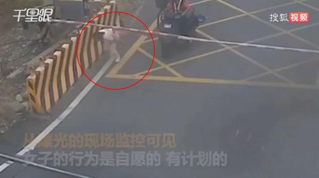 Người phụ nữ 27 tuổi tuyệt vọng quyết định tự tử, hình ảnh cô chạy lao ra đường ray nằm chờ xe lửa khiến ai cũng ám ảnh - Ảnh 2.