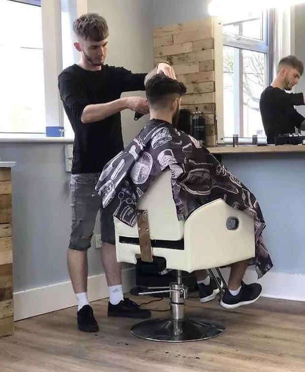 Bạn sẽ được cắt tóc miễn phí nếu đá FIFA 2020 thắng nhân viên của tiệm cắt tóc này! - Ảnh 1.