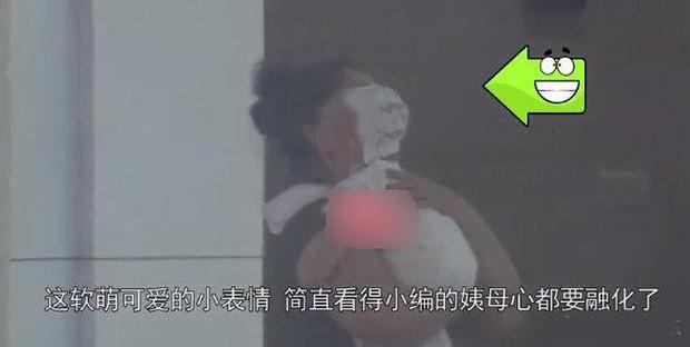 Con gái Cao Viên Viên lần đầu lộ diện khi cùng mẹ tới phim trường thăm bố Triệu Hựu Đình, khuôn mặt bụ bẫm cực kỳ đáng yêu - Ảnh 3.