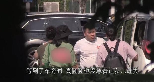 Con gái Cao Viên Viên lần đầu lộ diện khi cùng mẹ tới phim trường thăm bố Triệu Hựu Đình, khuôn mặt bụ bẫm cực kỳ đáng yêu - Ảnh 4.