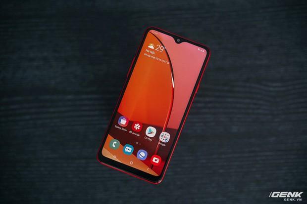 """Trên tay Galaxy A20s đỏ chót: Bản nâng cấp """"nhẹ"""", thêm camera, màn hình LCD, chip Snapdragon 450 và lựa chọn bộ nhớ 64GB - Ảnh 5."""