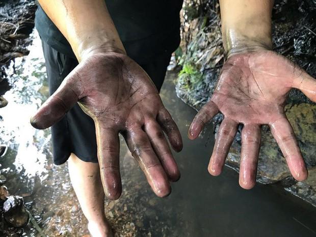 Cận cảnh nhiều mảng bám giống dầu nhớt quyện trong dòng nước dẫn vào nhà máy nước sông Đà - Ảnh 6.