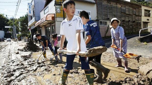 Người Nhật Bản, từ già đến trẻ không ai than khóc với thảm họa Hagibis, âm thầm vực dậy sau nỗi đau - Ảnh 7.
