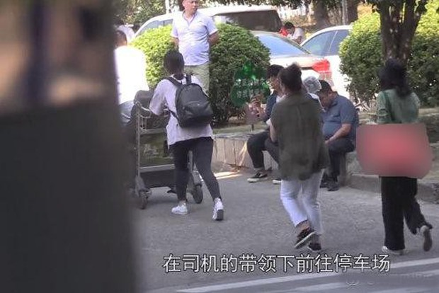 Con gái Cao Viên Viên lần đầu lộ diện khi cùng mẹ tới phim trường thăm bố Triệu Hựu Đình, khuôn mặt bụ bẫm cực kỳ đáng yêu - Ảnh 7.
