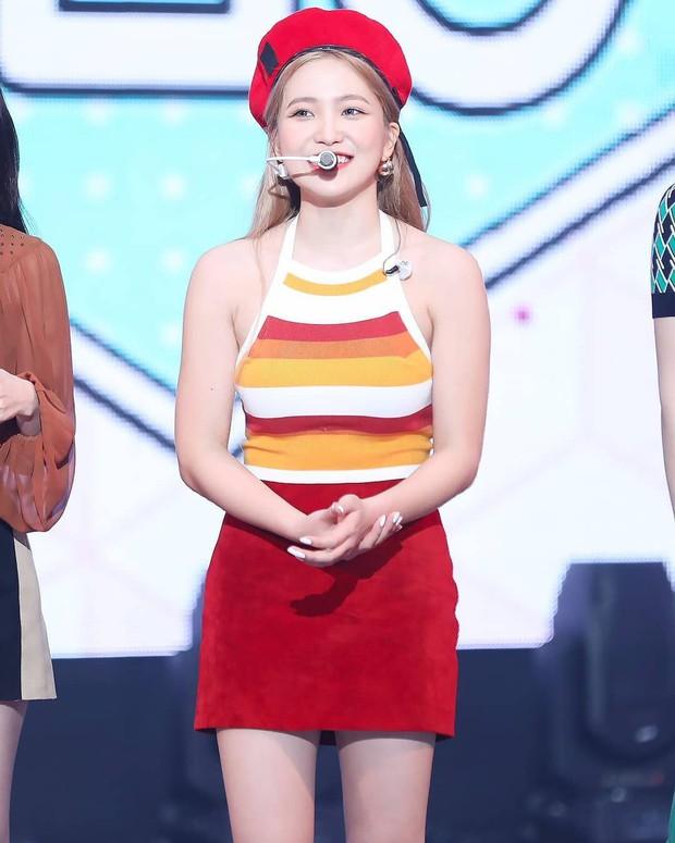 Mix đồ không sến súa thì cũng già nua, stylist Red Velvet khiến fan phải kêu oan thay cho idol - Ảnh 4.