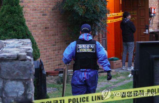 NÓNG: Cảnh sát đã phong toả hiện trường căn nhà nơi phát hiện Sulli tự tử - Ảnh 1.