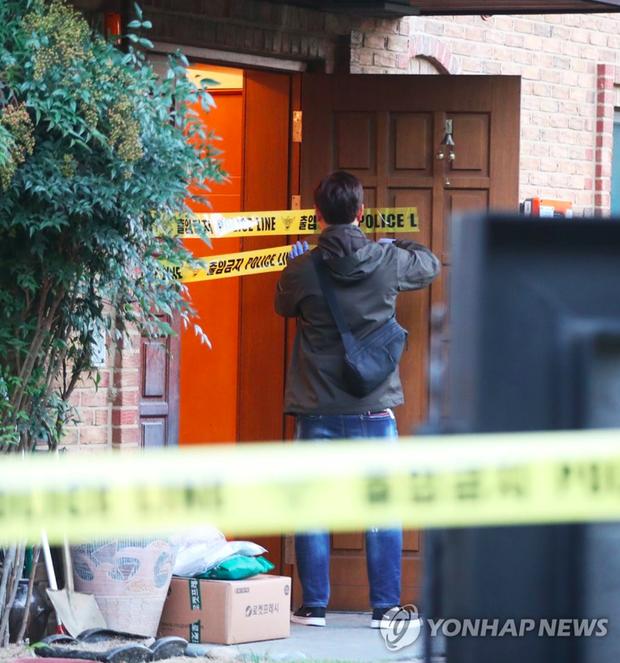 NÓNG: Cảnh sát đã phong toả hiện trường căn nhà nơi phát hiện Sulli tự tử - Ảnh 2.