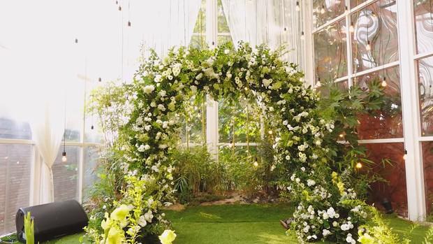 Hôn lễ cặp đôi cưới sau 700 ngày yêu: Lung linh, cô dâu lộng lẫy, Taecyeon (2PM) cùng dàn nam thần MBLAQ đến chung vui - Ảnh 2.