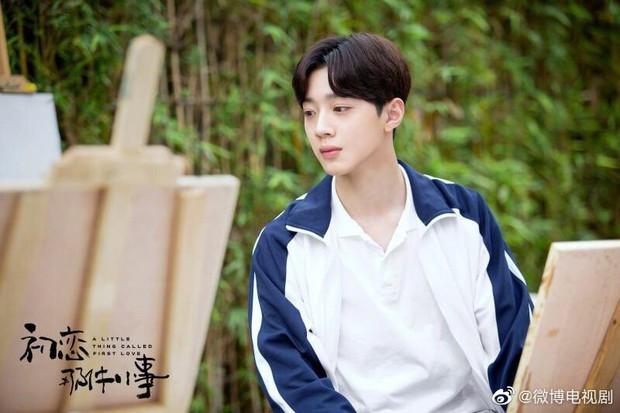 A Little Thing Called First Love bản Trung tung teaser tiểu đường: Chưa đầy một phút Lai Kuan Lin ôm nữ chính 800 lần? - Ảnh 3.