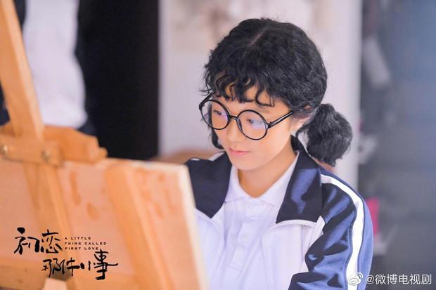 A Little Thing Called First Love bản Trung tung teaser tiểu đường: Chưa đầy một phút Lai Kuan Lin ôm nữ chính 800 lần? - Ảnh 2.