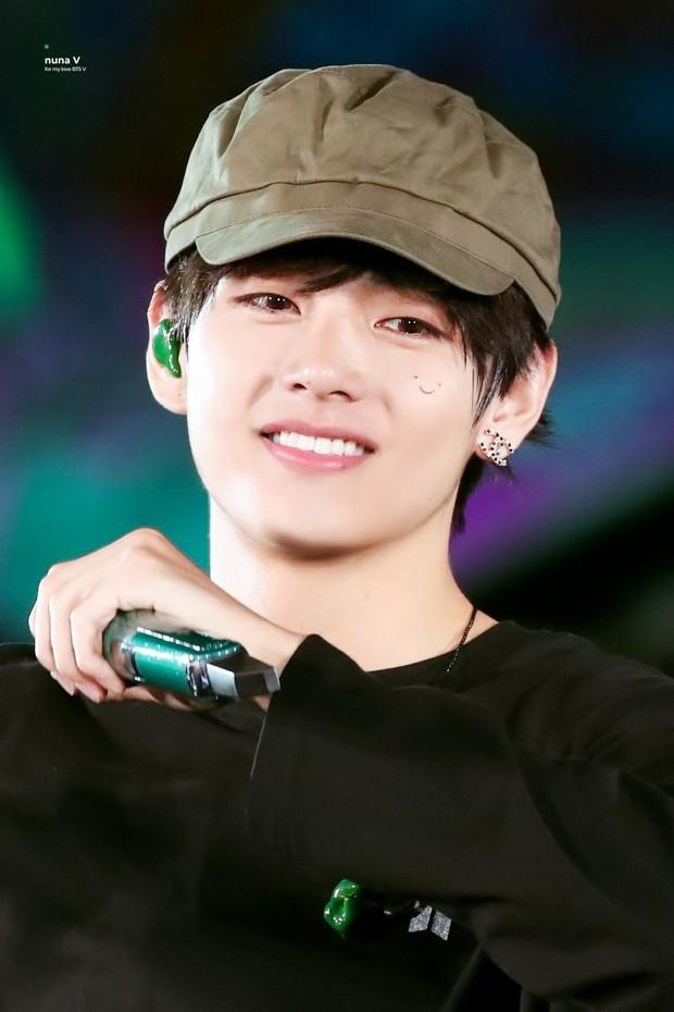 V (BTS) bất ngờ xuất hiện trên sân khấu concert với một chiếc tattoo mới, bất ngờ tạo trend khi fan rần rần cheap moment - Ảnh 1.