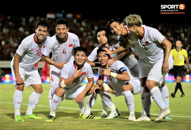Duy Mạnh ăn mừng đầy cảm xúc khi có bàn thắng đầu tiên trong màu áo Đội tuyển Quốc gia - Ảnh 8.
