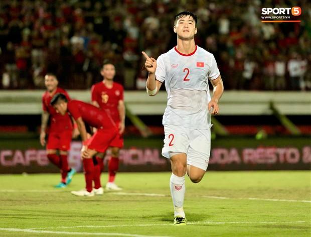 Duy Mạnh ăn mừng đầy cảm xúc khi có bàn thắng đầu tiên trong màu áo Đội tuyển Quốc gia - Ảnh 1.