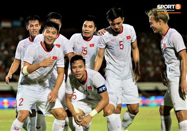 Duy Mạnh ăn mừng đầy cảm xúc khi có bàn thắng đầu tiên trong màu áo Đội tuyển Quốc gia - Ảnh 7.