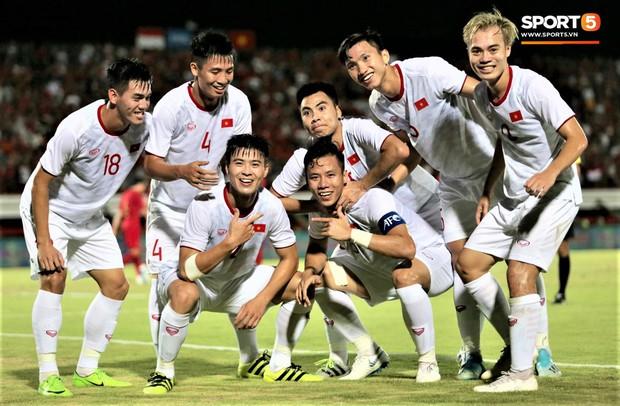 Duy Mạnh ăn mừng đầy cảm xúc khi có bàn thắng đầu tiên trong màu áo Đội tuyển Quốc gia - Ảnh 9.
