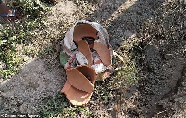 Bị chôn cất gần 1 mét dưới đất, bé gái 5 ngày tuổi vẫn sống sót thần kỳ trong sự ngỡ ngàng của bố mẹ - Ảnh 2.