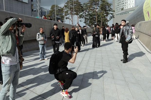 Nhìn thanh niên chất chơi được vây quanh tại Seoul Fashion Week, có ai nhận ra đây là TiTi (HKT)? - Ảnh 4.