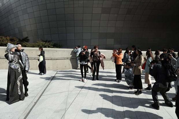 Nhìn thanh niên chất chơi được vây quanh tại Seoul Fashion Week, có ai nhận ra đây là TiTi (HKT)? - Ảnh 7.