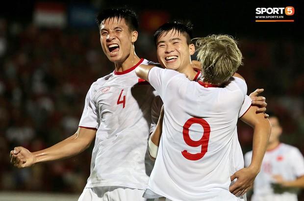 Duy Mạnh ăn mừng đầy cảm xúc khi có bàn thắng đầu tiên trong màu áo Đội tuyển Quốc gia - Ảnh 5.