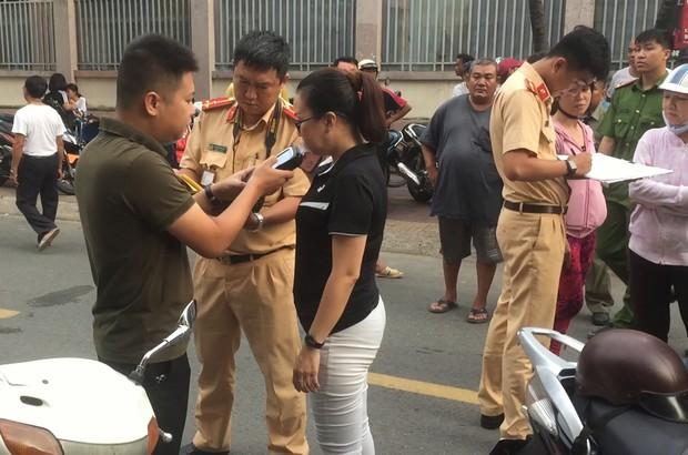 TP.HCM: Lái ô tô tông nhiều xe máy nằm la liệt, nữ tài xế còn xuống lớn tiếng với nhiều người - Ảnh 4.