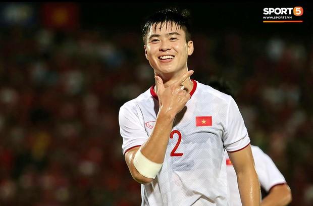 Duy Mạnh ăn mừng đầy cảm xúc khi có bàn thắng đầu tiên trong màu áo Đội tuyển Quốc gia - Ảnh 2.